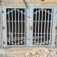 porte vitrée avec grille de protection