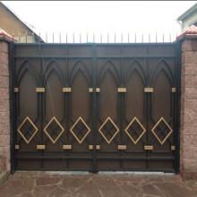 grand portail métallique