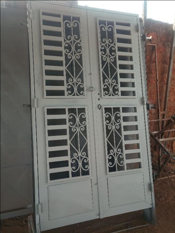 porte vitré avec grille